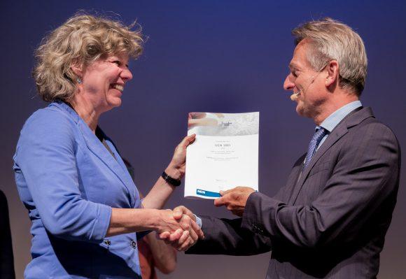 Annet van der Horn (NEN) reikt nieuwe meetnorm uit aan Rob Metz